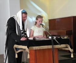 Чтение Торы в Киевской еврейской адвентистской общине «Бейт Шалом» («Дом мира»)