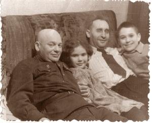Слева направо: Исаак Моисеевич Бородкин - Дядя Исаак, его дочь Зина, Александр Петрович Балмагия - дядя Саша, автор повести - тогда еще Зорик