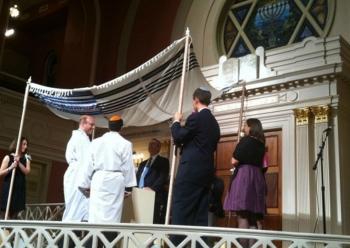 Рабби Стивен Гринберг ведет церемонию бракосочетания однополой пары.